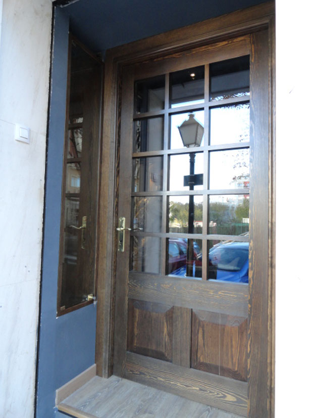 Puerta y vitrinas para sastrería